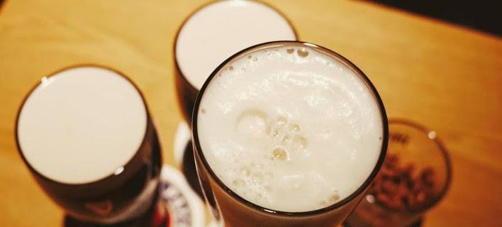 Πώς η μπύρα μπορεί να σε γλιτώσει από τις μισές θερμίδες του φαγητού