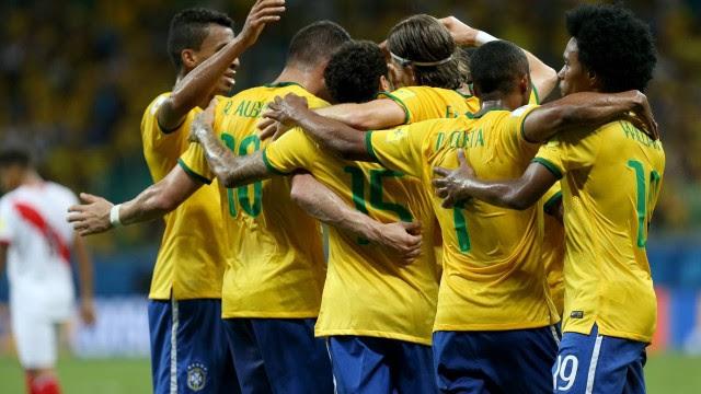 Jogadores celebram a vitória sobre o Peru, em Salvador