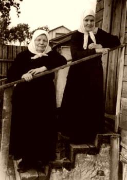 Schemanun Nikodema (left) and her sister Susannah (Grishnova) in Sergeyev Posad