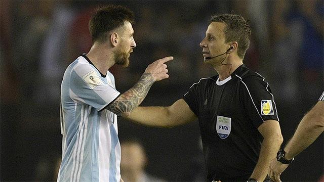 Messi se las tuvo con el árbitro tras el Argentina - Chile (1-0)