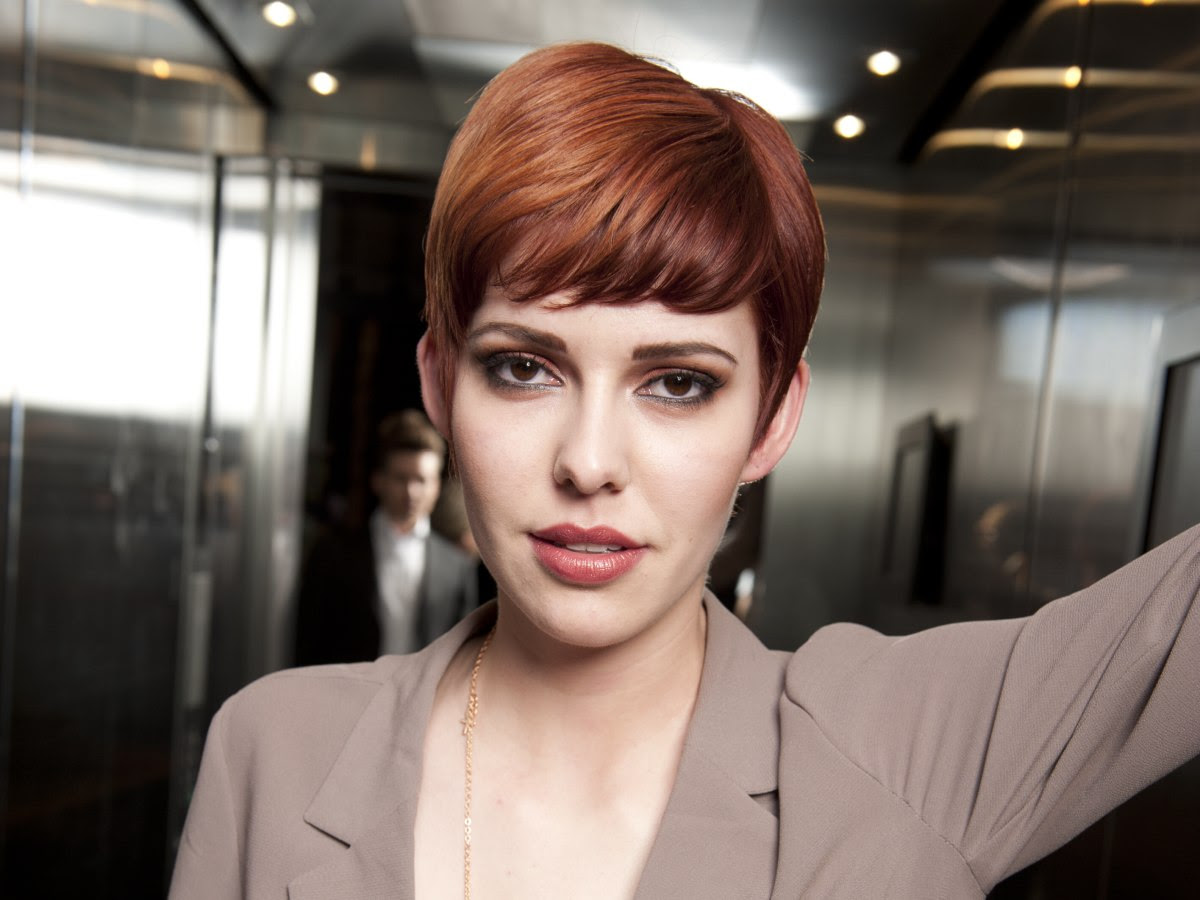 Very short hairstyle with highlights, lift and a bump on ...