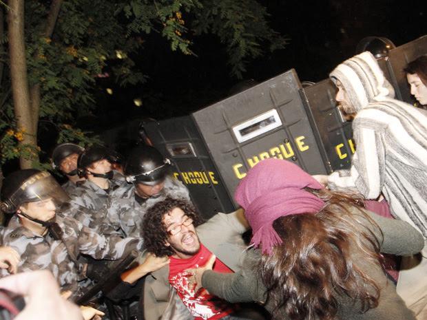 Mais de 70 estudantes foram levados para delegacia  (Foto: André Lessa/ AE )