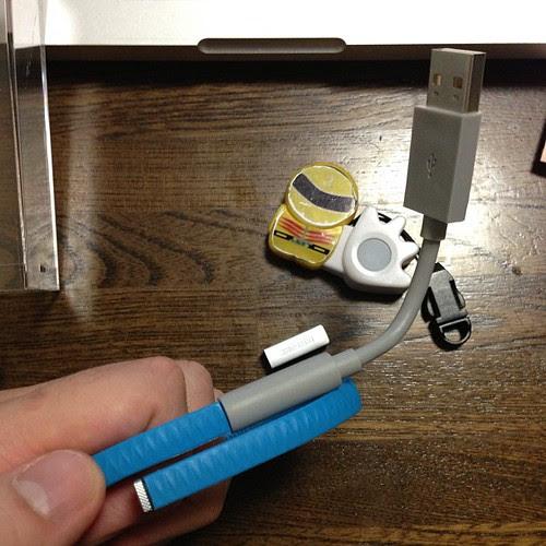 こんな感じでUSB充電用ケーブルに差して充電します。