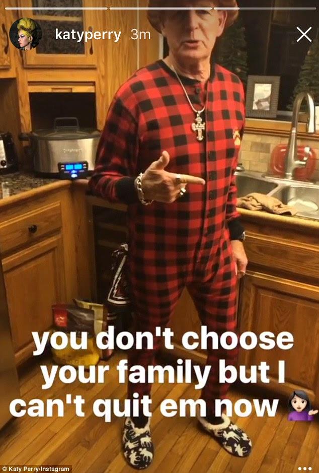 Seu pai: O pai do cantor Roar, Keith Hudson, juntou-se ao resto da família em pijamas vermelhos