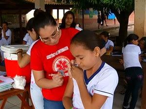 Vacinação é realizada nas escolas (Foto: Reprodução/TV Tapajós)
