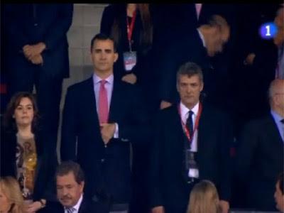 El príncipe Felipe, junto a Soraya Sáenz de Santamaría, durante la pitada al himno.