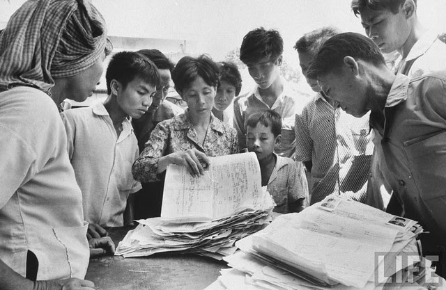 Handling refugees' papers at Japanese Embassy (11)