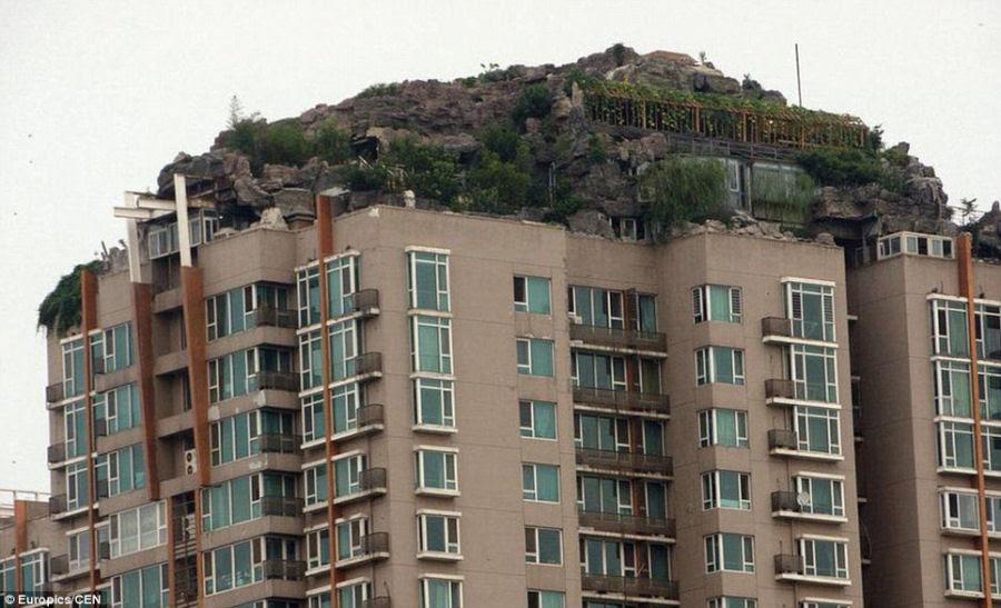 Empresário excêntrico constrói casa serrana no topo de um prédio em Beijing 08
