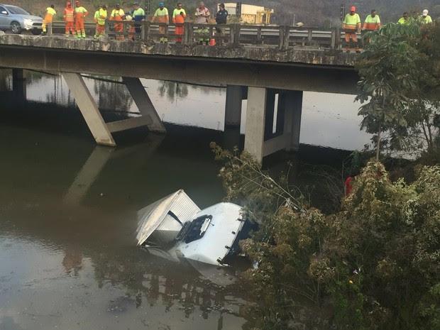 Caminhão cai no rio em Queluz e motorista morre (Foto: Talita França/G1)