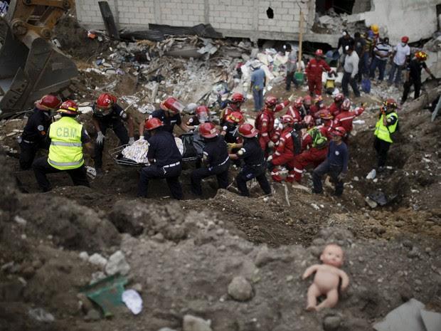 Equipes de resgate retiram vítimas dos escombros neste sábado após deslizamento de terra na Guatemala (Foto: Jose Cabezas/Reuters)