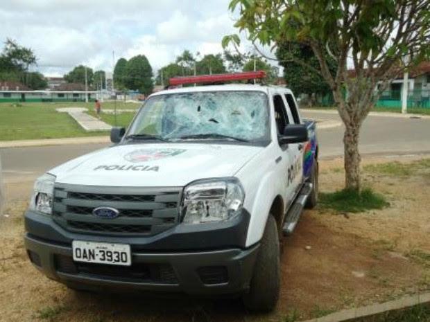 Revoltados com a morte do jovem, amigos da vítima depredaram uma viatura policial e tentaram invadir o alojamento da PM no município (Foto: Divulgação/PM-AM)