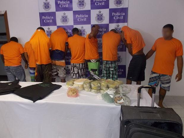 Homens são presos sob suspeitas de latrocínio e tráfico de drogas (Foto: Maiana Belo / G1 Bahia)