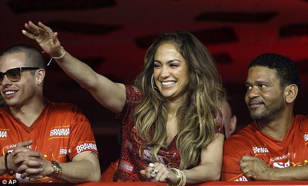 Tendo um bom tempo: A cantora estava curtindo a festa com o namorado Casper Smart (L) e seu empresário Benny Medina