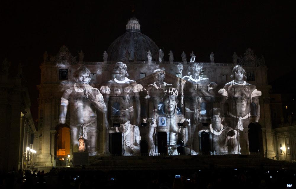 Un'immagine proiettata sulla facciata della basilica di San Pietro, a Roma, in occasione dell'inizio del giubileo, l'8 dicembre 2015. - (Riccardo De Luca, Ap/Ansa)