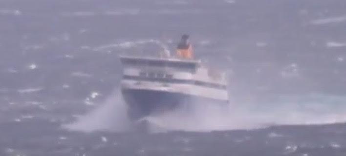 Η μάχη με τα κύματα του Blue Star Paros στο στενό Τήνου-Μυκόνου [βίντεο]
