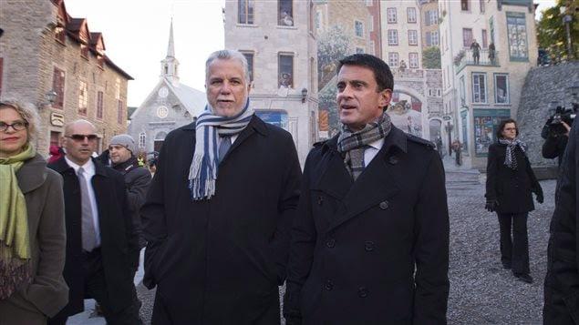 Les premiers ministres Couillard et Valls ont entrepris leur journée en se promenant dans le Vieux-Québec.