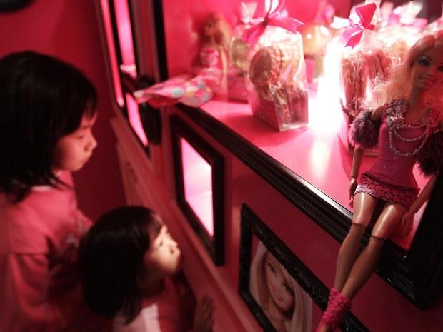 Clientes comem sobremesa durante a inauguração do restaurante temático da Barbie (Foto: REUTERS/Pichi Chuang)