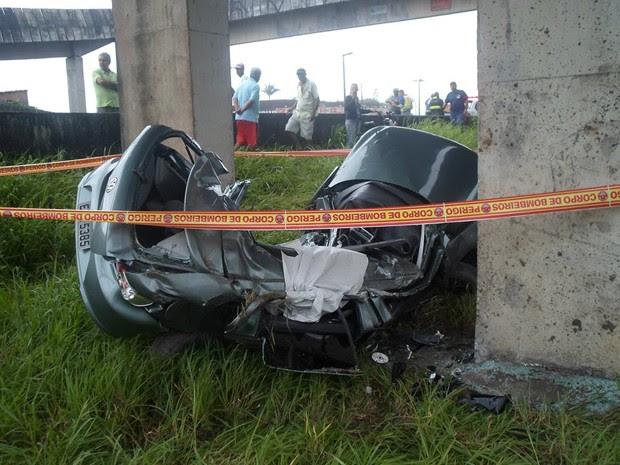 Carro ficou destruído após o acidente (Foto: Tarcisio Sween/VC no G1)