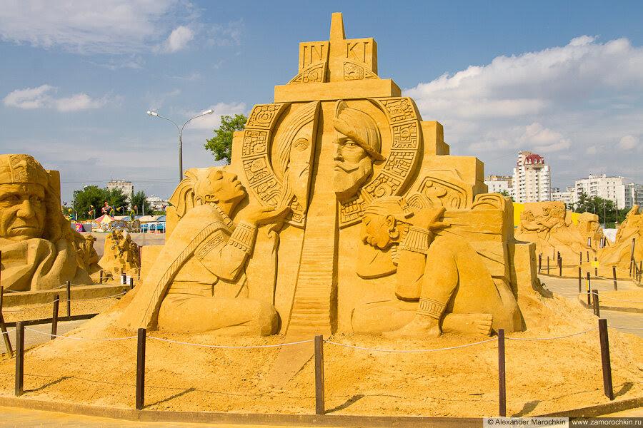 """Скульптура из песка """"Крестом и мечом"""" в Коломенском"""