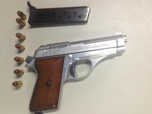 Arma apreendida com suspeito é uma pistola 380 com sete munições (Foto: Magda Oliveira/G1)