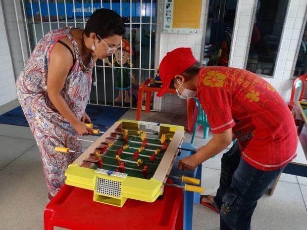 Brenda aproveitou a visita ao Icia para brincar com Harison (Foto: Joalline Nascimento/G1)