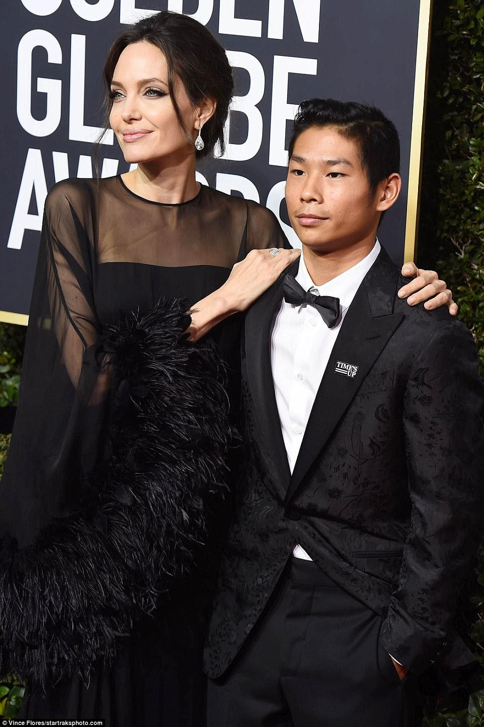 Dedicado a seus filhos: Angelina colocou com seu filho Pax Thien Jolie-Pitt, 14, no tapete vermelho