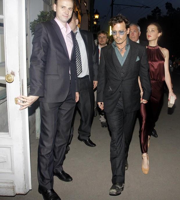 Johnny Depp com Amber Heard em restaurante em Moscou, na Rússia (Foto: Ivan Burnyashev/ Reuters)