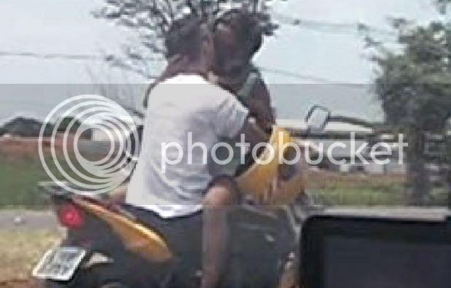 Besandose sobre una moto