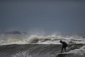 Un surfeur sur l'Atlantique, à l'approche de l'ouragan Ophelia, le 15 octobre 2017 à Lahinch, dans le comté de Claire en Irlande.