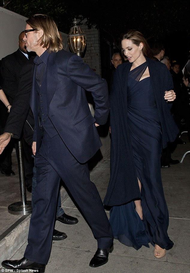 Etapa fácil: Como Brad Pitt e Angelina Jolie foram vistos deixando restaurante Magnolia em Hollywood após a estréia parecia vestido lindo estava na maneira de andar