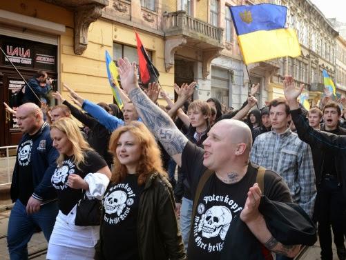 Manifestantes pro-europeos, con la bandera de la OUN y haciendo el saludo nazi