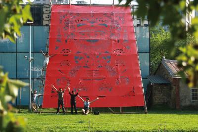 楊士毅的大型剪紙作品:《伯公的祝福》在新竹新瓦屋冬季藝術展高高架起,希望喚起人們對土地的關懷與珍惜。 (楊士毅提供)