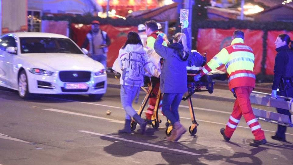 """Transeuntes disse que o acidente """"não poderia ter sido um acidente"""", como o camião articulado acelerou por eles e no meio da multidão"""