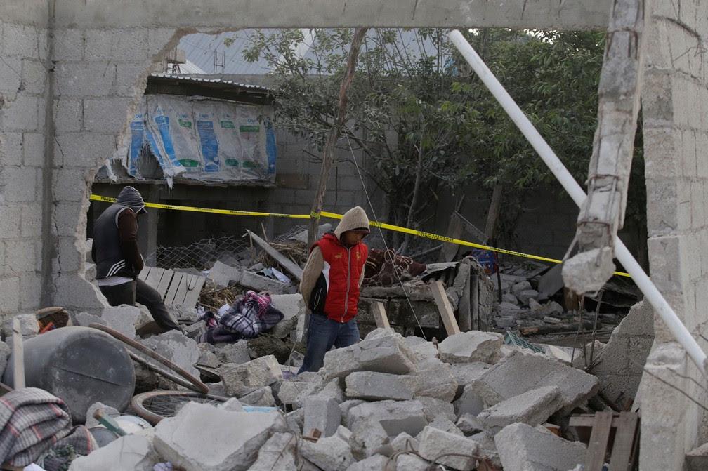 Moradores caminham entre os escombros de depósito pirotécnico que explodiu em San Isidro, Chilchotla, México  (Foto: Imelda Medina/Reuters)