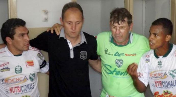 Gessé e Cabañas, no vestiário, antes do amistoso entre Tanabi e Grêmio Barueri (Foto: Marcos Lavezo)