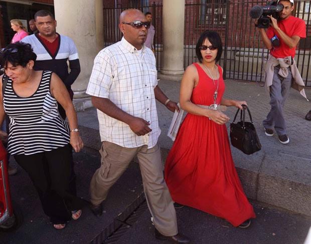 Celeste Nurse, mãe de menina roubada em hospital em 1997, deixa tribunal nesta sexta-feira (27) após audiência de mulher acusada do crime (Foto: AP)