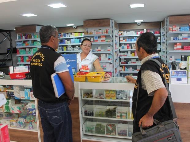 Fiscalização em farmácia do centro de Petrolina (Foto: Juliane Peixinho/ G1)