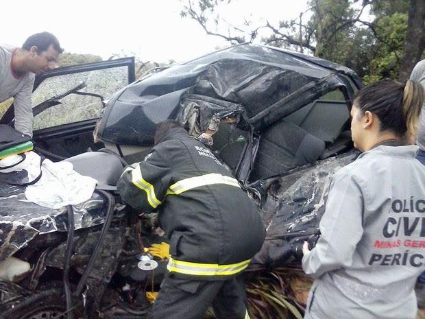 Batida entre carro e caminhão mata professor em Campo Belo (Foto: Kelly Cristina Martins)