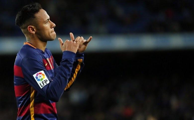 O Barcelona não cogita vender o atacante brasileiro Neymar. Clube e atleta estariam, inclusive, próximos de um acordo de renovação. No entanto, propostas envolvendo quantias surreais vindas de outras equipes, como o PSG, estariam tirando o sossego da diretoria do Barça, que reconhece ser impossível de igualá-las