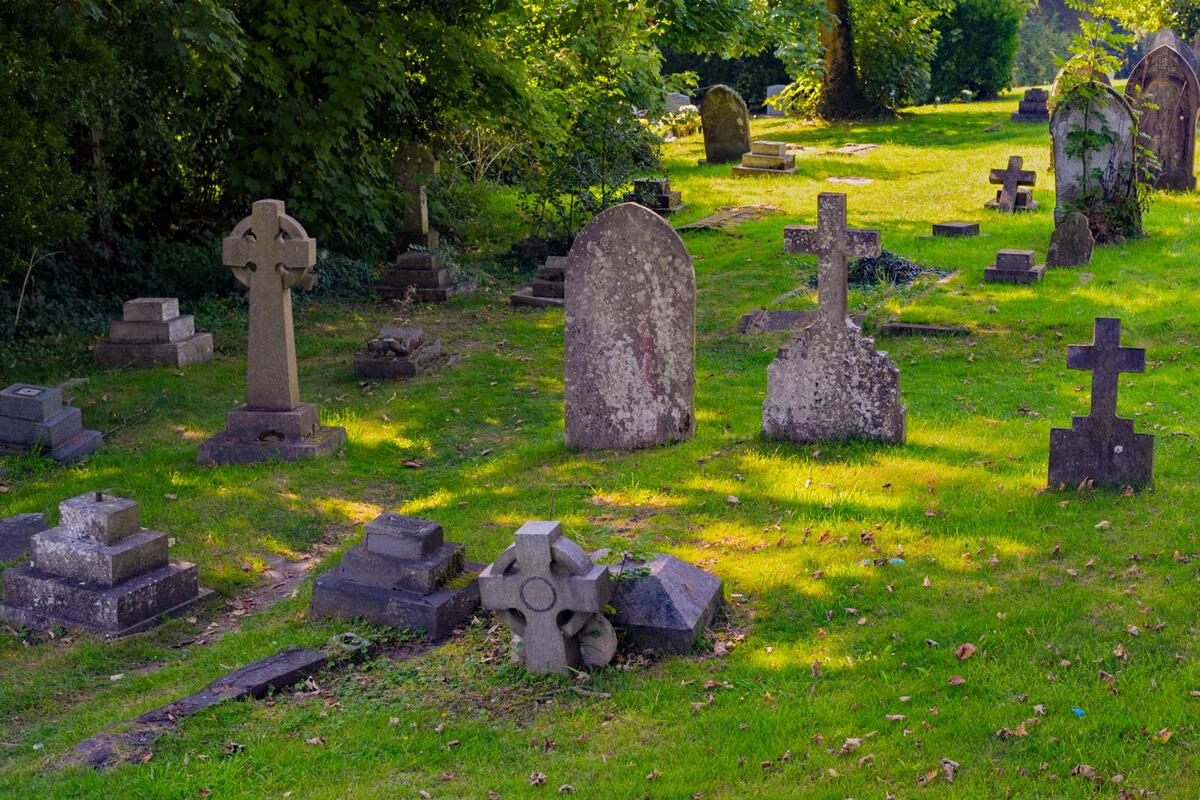 Pretzsch: Friedhofs-Besucher stößt Rentnerin (93) um, übergießt andere Frau und zündet sie an