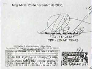 Documento foi assinado pelo cantor Milionário em Mogi-Mirim (Foto: Reprodução EPTV)