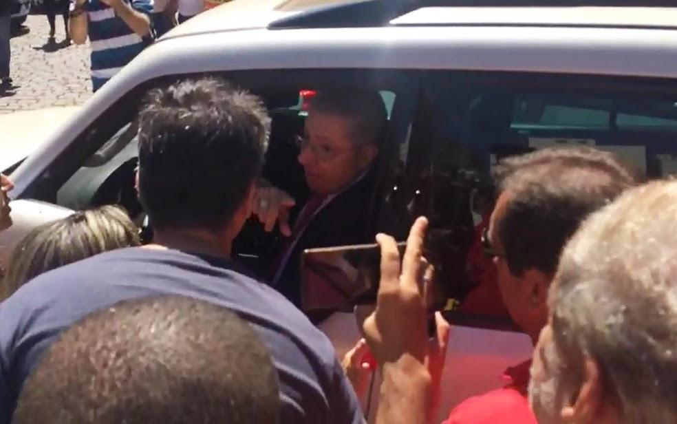 Carro do vice-prefeito de Ribeirão Preto, Carlos Cézar Barbosa (PPS), foi cercado pelos servidores em greve (Foto: Wesley Alcântara/Jornal A Cidade)