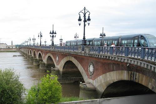 Pont de pierre et tram
