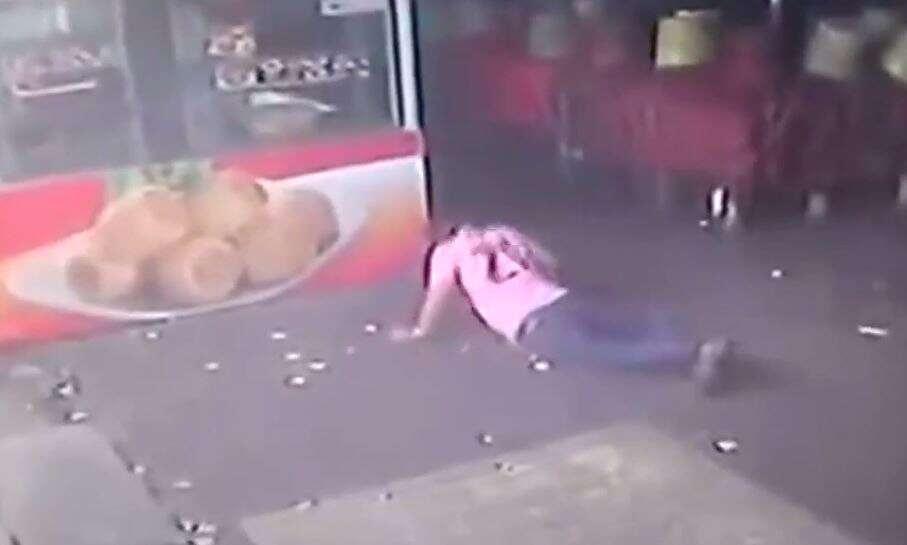Vídeo bomba na web ao mostrar homem se dando mal quando tentava chutar cachorro