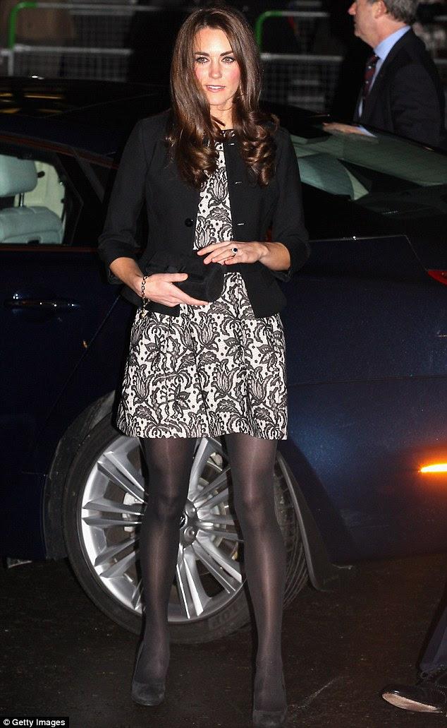 Sentindo frio?  A Duquesa de Cambridge chegaram ao Royal Albert Hall vestindo um vestido bastante curto