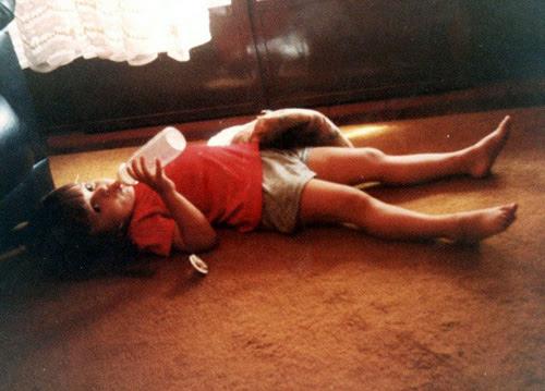 pequena ila com sua mamadeira e travesseirinho em santa cruz do rio pardo, 1986