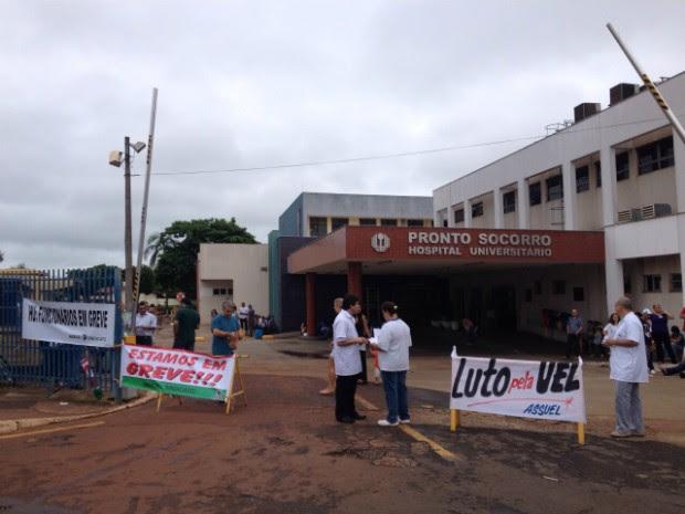 Servidores em greve protestam na entrada do Hospital Universitário, em Londrina (Foto: Alberto D'Angele/RPC)