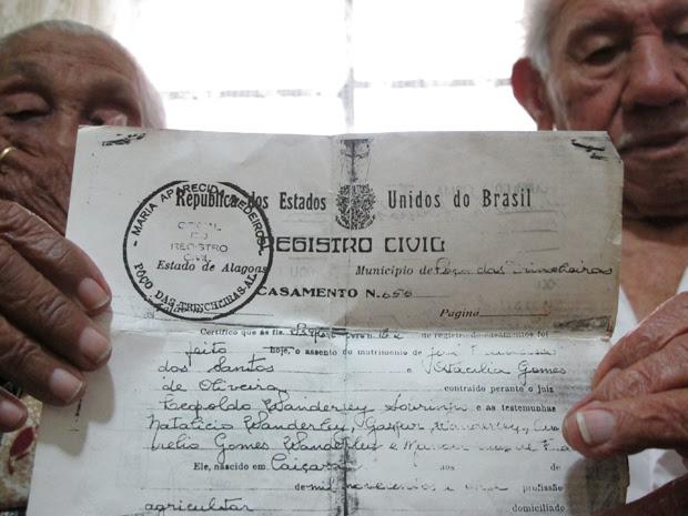 Casal mostra registro de casamento realizado em Alagoas (Foto: Paulo Toledo Piza/G1)