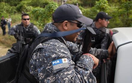 Elementos de la PGR en busca de fosas clandestinas en Guerrero. Foto: Octavio Gómez
