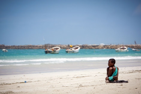 Un niño en una playa cercana a Mogadiscio.   S. Price